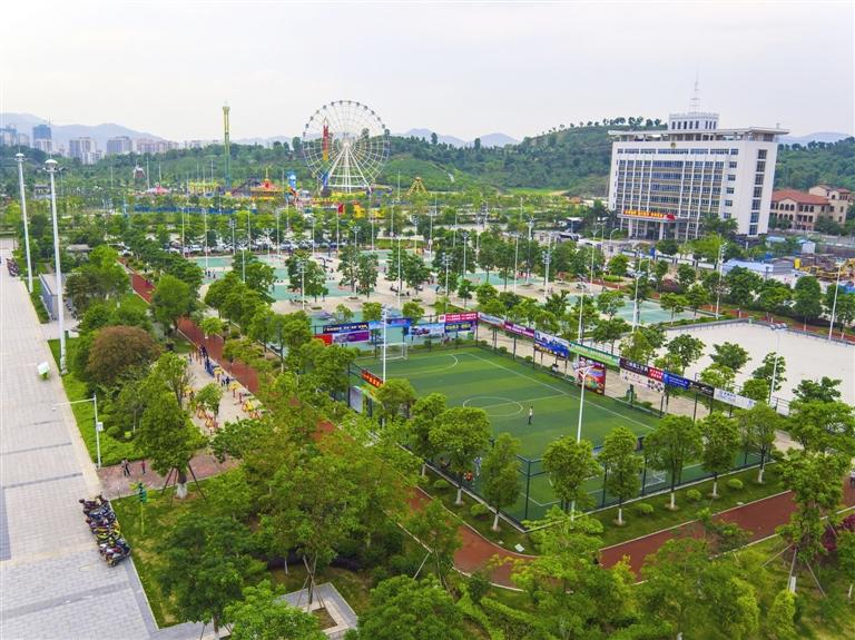 全民健身广场,市民休闲娱乐的好去处.(图片来源:河源日报)